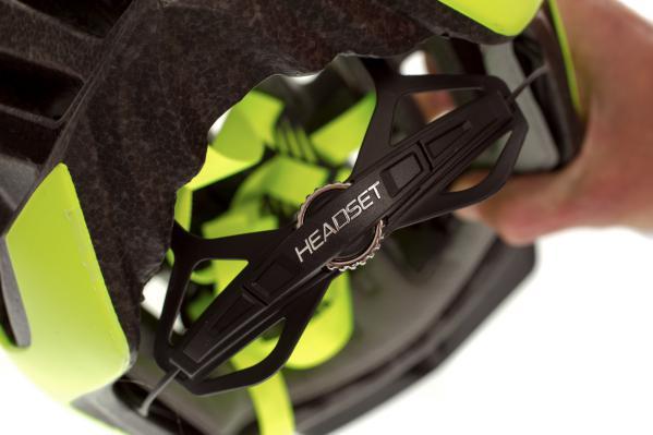 Vierfach höhenverstellbares Headset FSL II-Haltesystem mit Micro-Rasterung für schnelles Einstellen.