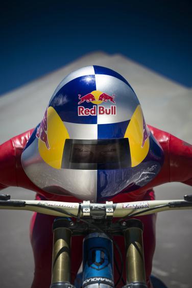 Der zweiteilige Helm ist eine Spezialanfertigung. Den Körper schützt ein Airbag aus dem alpinen Skisport.