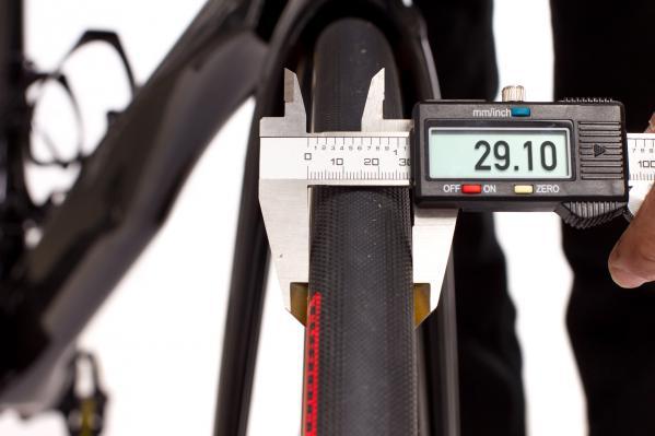 Der 28er Reifen schwang sich zu 29,1 mm Breite auf (hier bei 5,5 Bar).