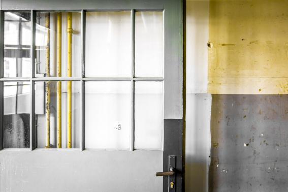 Die seit 2011 leeren und unbenutzten alten Werkshallen sollen in Kürze zu modernen Kommunikationsräumen umgestaltet werden.