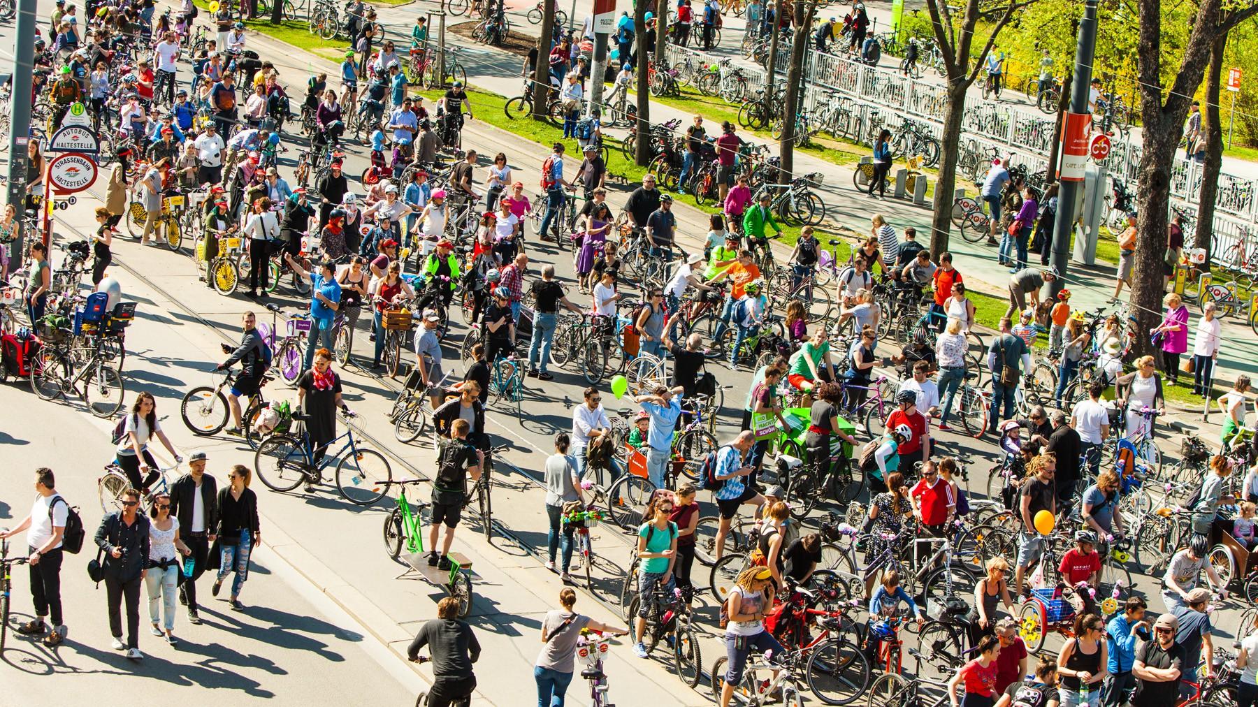 Martin Handford hätte seine Freude - dabei ist dieses Wimmelbild erst der Anfang, nämlich das Sammeln, zum sonntäglichen Programm-Highlight, der Radparade um den teils gesperrten Ring mit Abstecher zum Praterstern. Insgesamt fuhren über 10.000 TeilnehmerInnen mit.