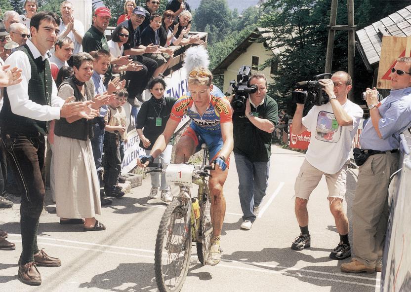 Gerrit Glomser bei seiner siegreichen A-Premiere 1999. Mit Starrgabel und Rennradschuhen ging der Straßenprofi ans Werk, das Tragen eines Helmes war damals noch nicht Pflicht.