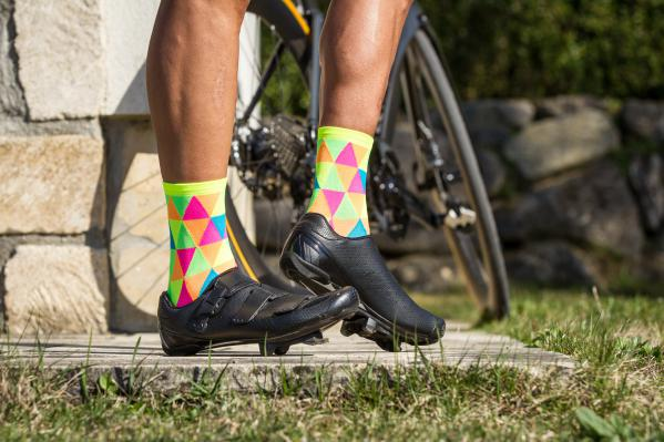 Feinschliff: die leichten, 13 cm hohen Fausto Socken aus Meryl Skinlife Garn mit ihrem freakigen Design.