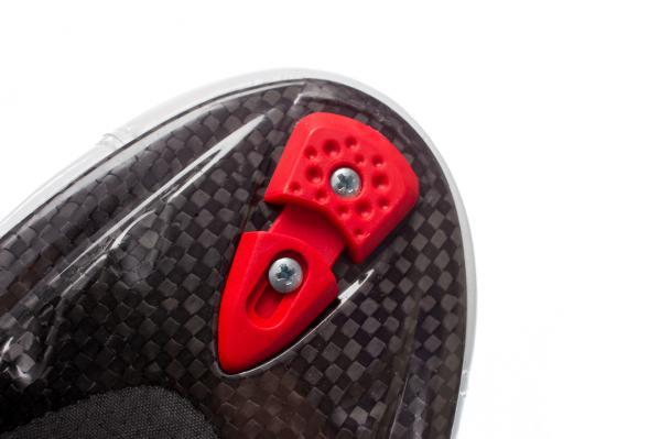 Integrierte, verschließbare Lufteinlässe in der Sohle sollen übermäßiges Schwitzen im Schuh verhindern.