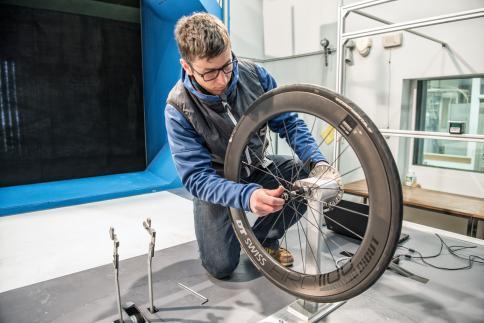 Laufrad-Ingenieur Marek Meili bei der Rotationsluftwiderstandmessung