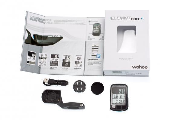 Die schön designte Verpackung informiert über die wichtigsten Features und enthält zwei Halterungen, ein Micro USB-Kabel und die Kurzanleitung.