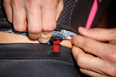 SnapLock Verschluss am unteren Ru?cken zum Verbinden mit der Tight verhindert das Hochrutschen beim Schwimmen und Rad fahren
