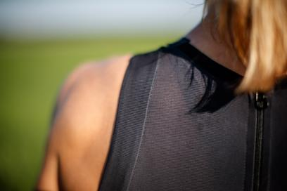 30 cm langer YKK®-Reißverschluss am Rücken