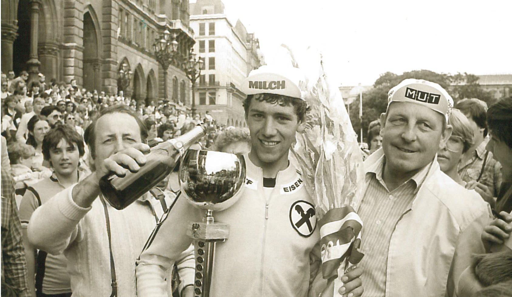 Gerhard Zadrobilek im (s.u.) gelben Trikot des Rundfahrtssiegers 1981. Sparkassendirektor Walter Rauch (re.) gratuliert, Vereinsobmann Dietmar Pfeiler (li.) schenkt ein.