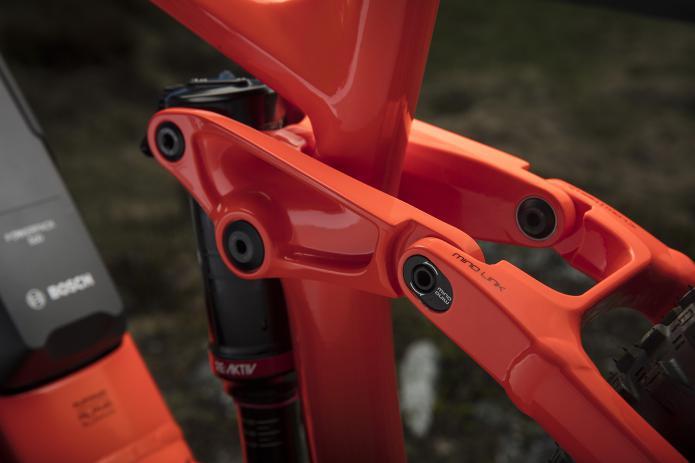 Mino Link: Per Flip-Chips an den Sitzstreben lässt sich die Geometrie an der Fullys variieren. Extra für die höheren Belastungen der kräftigen E-Bikes ...