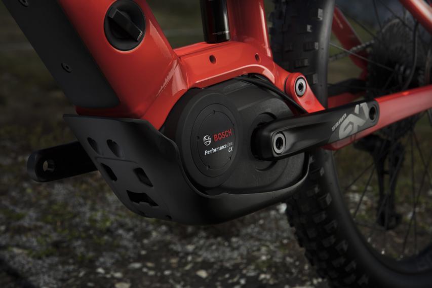 Qualitativ hochwertiger Bosch Performance CX-Motor mit mächtig Punch. Eine massive Aluplatte schützt den Motor vor Steinen und Schlägen.Die fließenden Linien an der neu gestalteten Motoraufnahme fügen sich perfekt ins moderne Gesamtbild.