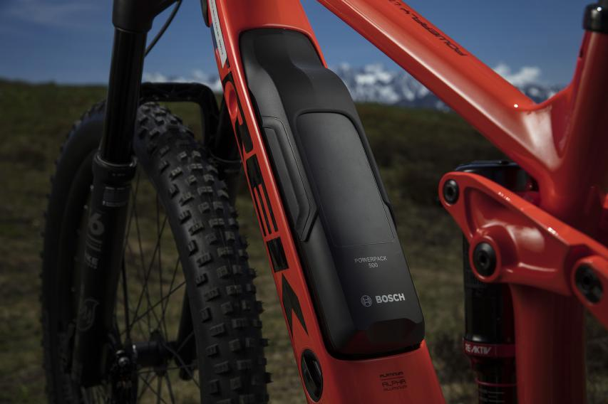 Der Bosch PowerPack 500-Akku wurde formschön im Unterrohr semi-integriert. Über die Öffnung im Unterrohr kann der Akku auch direkt im Bike geladen werden. Das aufgeklebte Cover erleichtert die Entnahme des Akkus.
