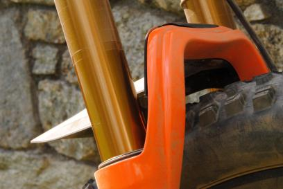 Ein eigens von Syncros entwickelter Spritzschutz für die Fox-Gabeln kann einfach aufgeschraubt werden.