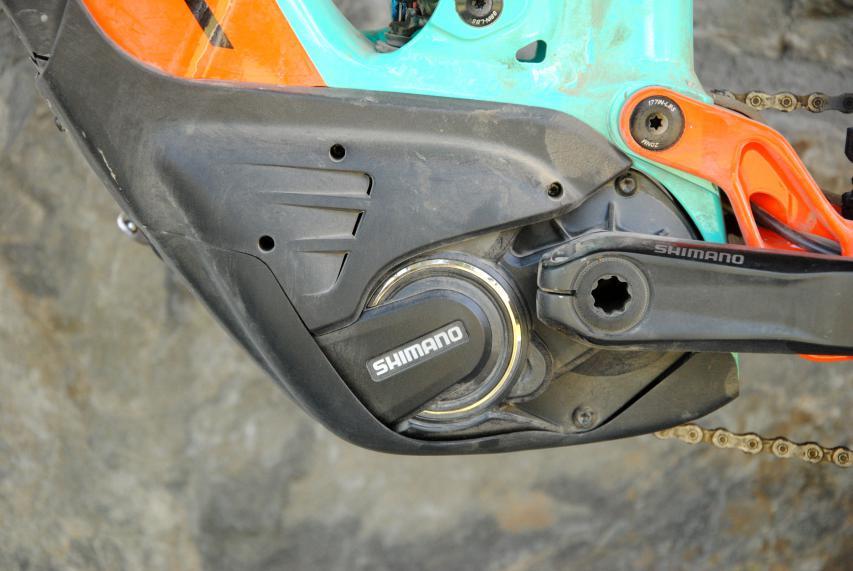 Die Antriebseinheit des E-8000 erlaubt kürzere Kettenstreben und mehr Reifenfreiheit und wiegt weniger als 3,2 Kilogramm.