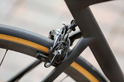 Mit den direkt auf den Sitzstreben montierten Bremsen wird eine Brücke aus Carbon mitverschraubt.