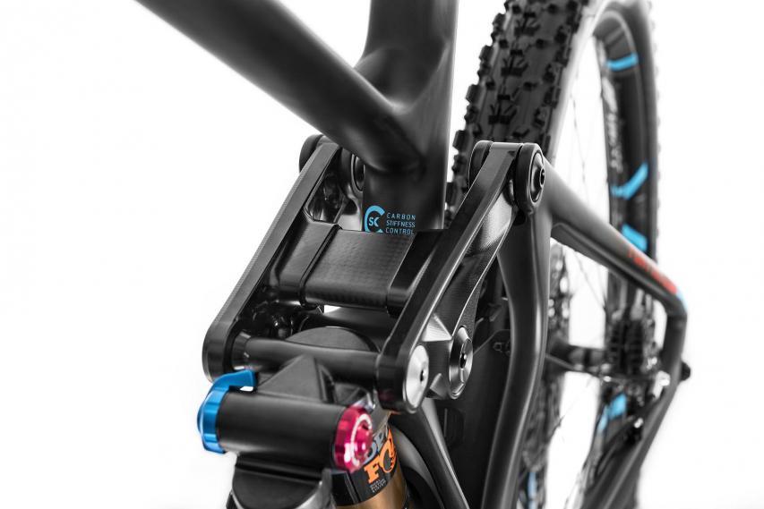 Der Rocker am neuen Foxy besteht aus einer neuartigen, dreiteiligen Konstruktion. Ein Mittelsteg aus Carbon soll dabei etwas kontrollierten Flex bieten, Vibrationen minimieren und gegenüber einer reinen Aluminium-Konstruktion obendrein Gewicht sparen.