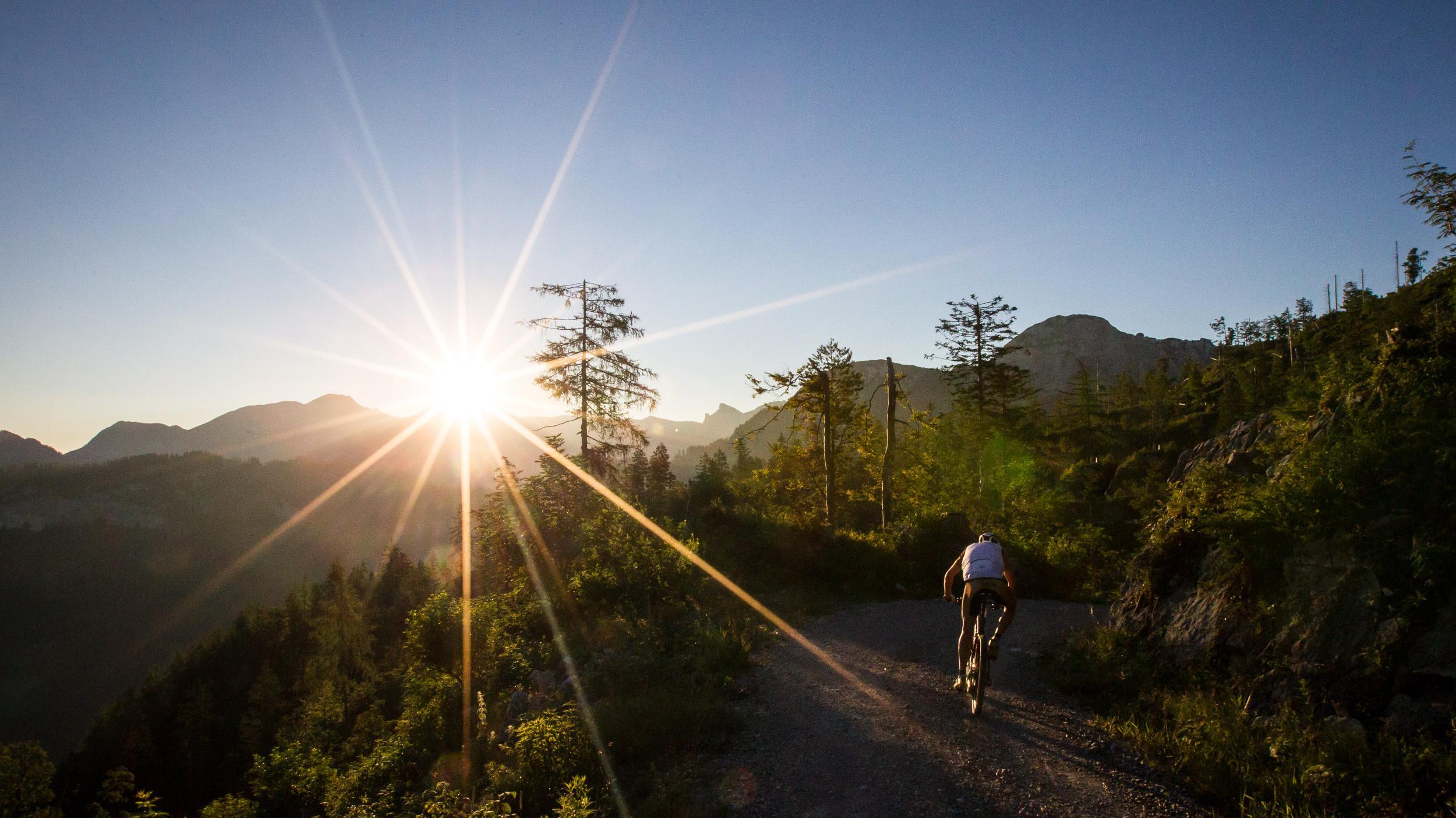 Doch nichts geht über den Moment, wenn die Biker zum ersten Mal die Sonne sehen (Foto: Raschberg 2015)