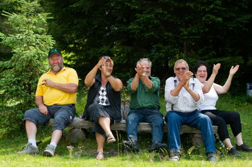 Einheimische, die stundenlang vom Schmähbankerl aus anfeuern (Foto: Strafneralm 2010)