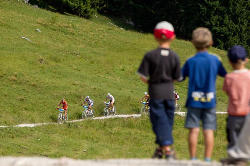Kinder, die vielleicht am nächsten Tag selbst zum Rennen antreten (Foto: Hütteneckalm 2010)