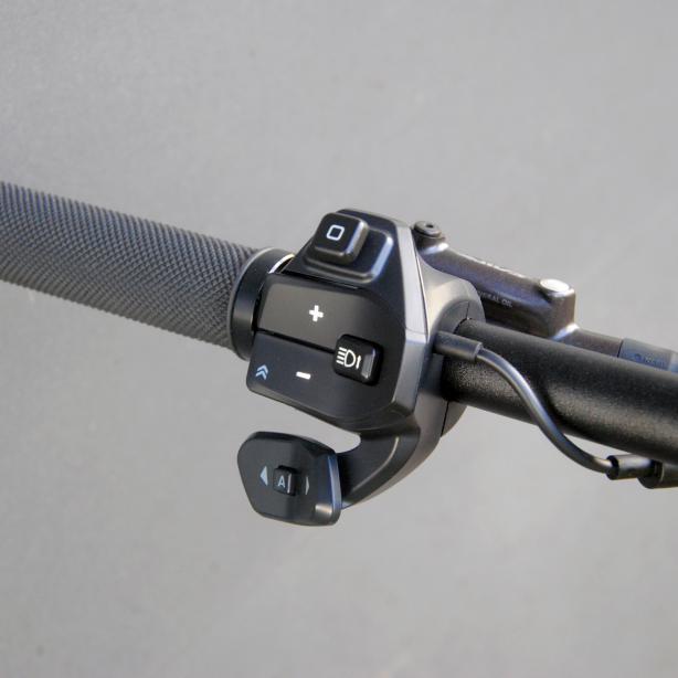"""Die zusätzliche Wippe an der RC1 Remote wechselt die Gänge des 2-Gang Motors. Das """"A"""" im Zentrum aktiviert den Automatikmodus."""