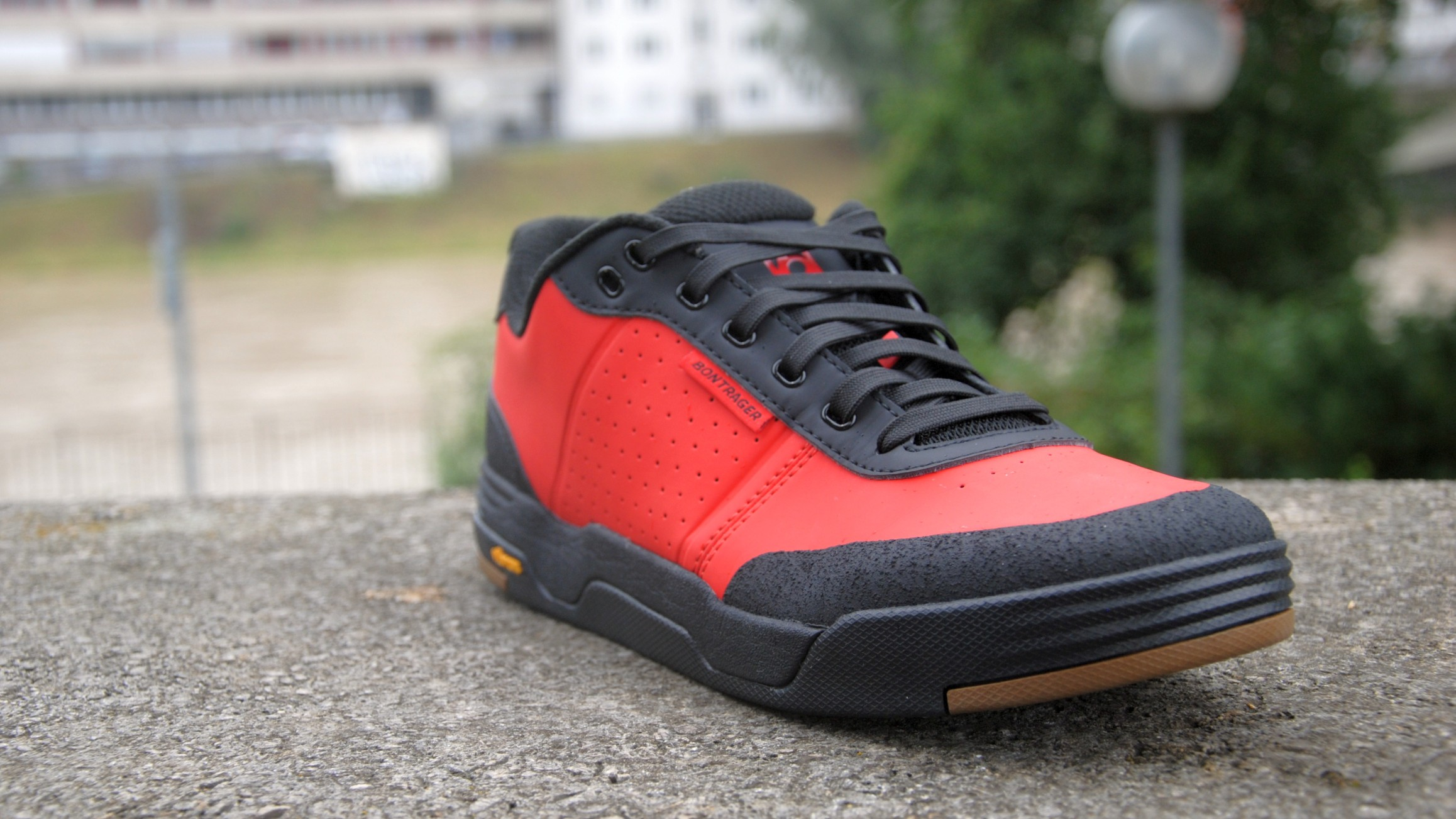 Robust anmutender Schuh für Flatpedals. Der Flatline kommt mit Vibram-Sohle für guten Halt auf Pedal und Trail, dämpfender EVA-Mittelsohle, Ortholite-Fußbett und Obermaterial aus synthetischem Leder. In Viper Red oder Black und in ganzen Größen von EU 39 bis 48 für ? 119,99.