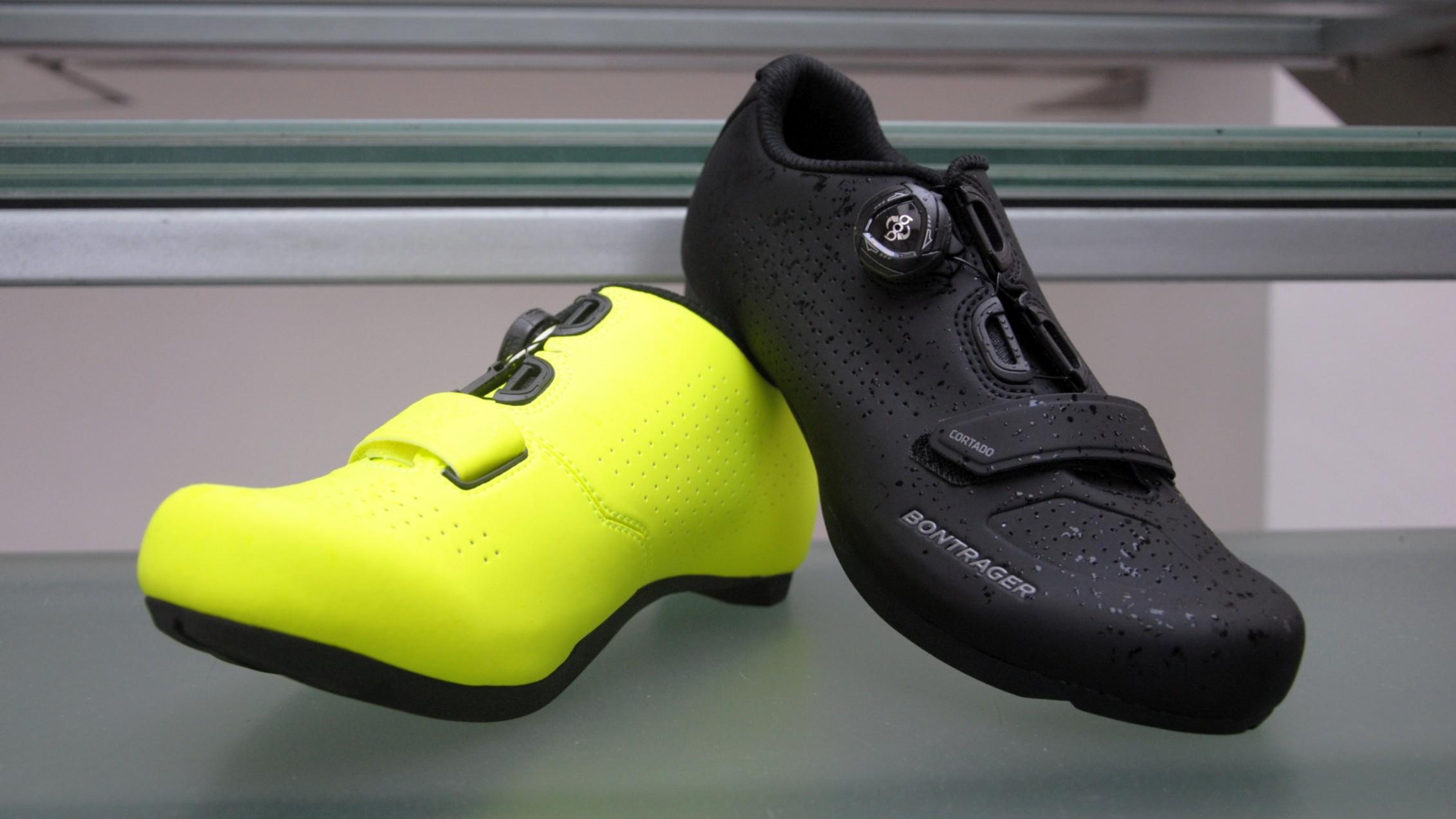 Rennrad und Gravel Schuh mit SPD 2-Loch Kompatibilität. Dadurch können am Gravelbike MTB-Pedale gefahren werden, welche in der Regel deutlich weniger schmutzanfällig sind als ihre RR-Pendants. Der Espresso kommt mit etwas geräumigerem inForm Race-Schnitt, Nylon Composite-Sohle mit rutschfester Tachylon-Gummierung und 6 von 14 Punkten auf der Steifigkeitsskala. Ein Boa IP1 samt Zehenklett hält ihn sicher am Fuß. In ganzen Größen von EU 39 bis EU 48 und in Black oder High Visibility Yellow für ? 99,99. Gibt?s unter dem Namen Cortado übrigens auch für Damen von EU 36 bis 43 und ausschließlich in Black.