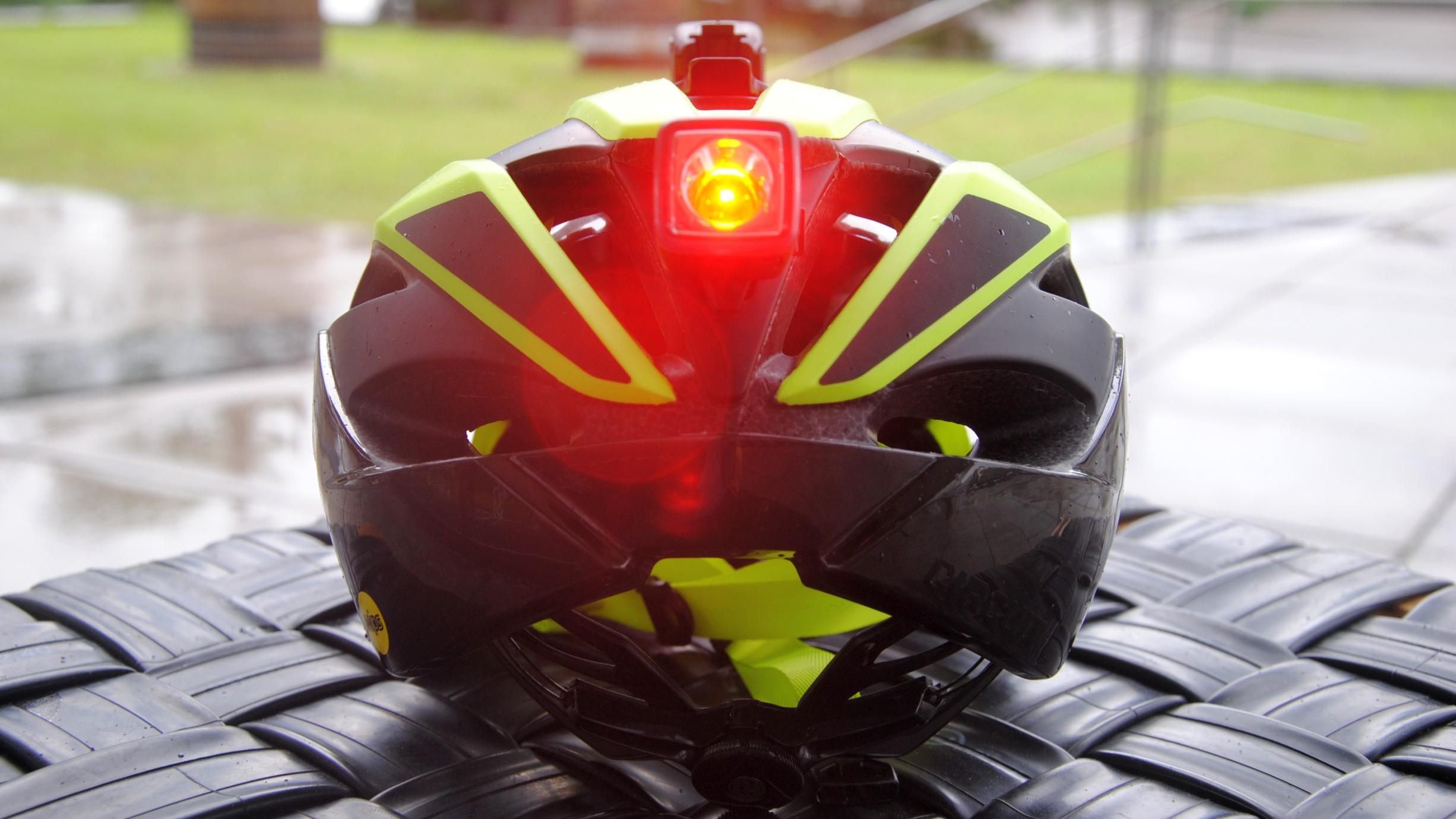 Sehen ist wichtig, gesehen werden aber mindestens ebenso. Da springt Bontrager mit seiner Visibility-Kampagne bestehend aus Bekleidung, Schuhen, Helmen und (Tag-)Fahrlichtern in die Bresche. Der neue Circuit zielt ebenfalls in selbige Ecke. Neben MIPS, Boa-Verschluss, In-Mold Konstruktion mit vergrößerten Ventilationsöffnungen und antibakteriellen Pads verfügt er auch über Bendr Montageaufnahmen. Damit lässt sich auf dem Helm sowohl an der Stirn als auch im Hinterkopfbereich beispielsweise Ion 100 R und Flare R Beleuchtung montieren. Wie alle Helme von Bontrager ist auch der Circuit vom einjährigen Crash-Replacement gedeckt. In fünf Farben und drei Größen für ? 139,99 (ohne Lampen).