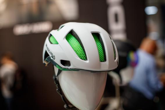 und das Rennrad-Pendant, der Pro SL Helm, ebenfalls mit Koroyd-Technologie