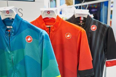 Die farbenfrohen Flusso Jerseys entsprechen in technischer Hinsicht dem Podio Doppio Jersey FZ.