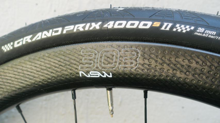Zipp 303 NSW mit 28 mm Conti GP 4000 S II sorgen ebenso für Komfort.