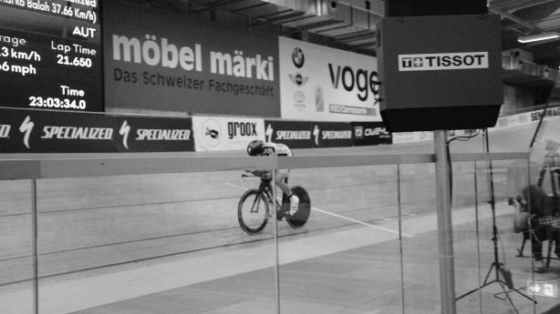 Mit Überqueren der weißen Linie hinter ihm löst Strasser nach 23:02:34 Marko Baloh als Weltrekordhalter ab! Er fährt weiter, bis seine 24 Stunden auslaufen...