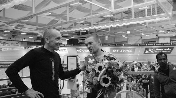 941,873 Kilometer stehen nach 24 Stunden auf der Uhr. Altmeister Marko Baloh ist einer der ersten Gratulanten - Chapeau, Straps!!!