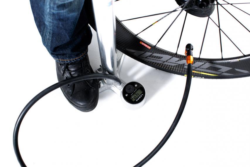 Eine gewöhnliche Standpumpe genügt, um die Reifenwulst satt und deutlich hörbar zu setzen.