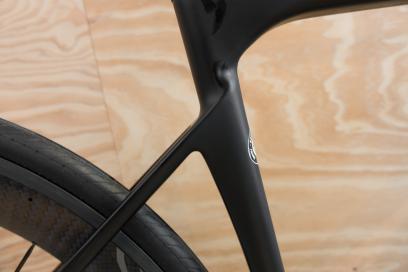 Dünne, tief ansetzende Sitzstreben