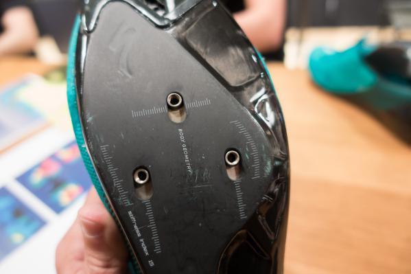 Die Abstände der Pedalcleat-Bohrungen sind für jede Sohlengröße optimiert und präzise platziert.