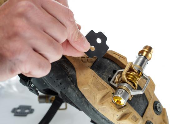 Für Schuhe mit hohem Profil (>7,7 mm) werden Shims unter die Cleats montiert...