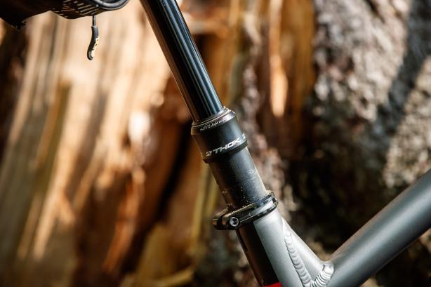 Die hauseigene Thok Sattelstütze bietet 150 mm Absenkung.