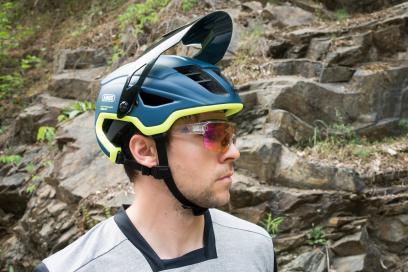 """Ein in der höhe verstellbares Visier macht Platz für Goggles. Eine normale Sonnenbrille findet bei Nichtgebrauch jedoch keinen """"Steckplatz""""."""