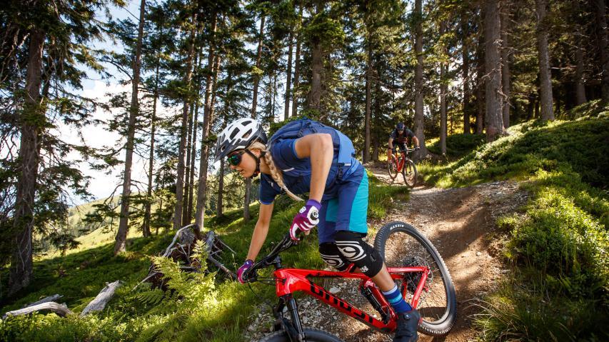 """Bikeregion Kitzbüheler Alpen Brixental Mit Rad und Gondel durch das Brixental: Zwischen den Grasbergen der Kitzbüheler Alpen versteckt sich weitaus mehr als """"nur"""" der legendäre Fleckalmtrail."""