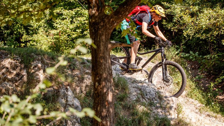 Test Merida One-Forty 800  Mit Meridas neuem All Mountain über alle Berge. Denn was runter freudig flutscht und flitzt, muss in dieser Bike-Kategorie zuvor aus eigener Kraft rauf.