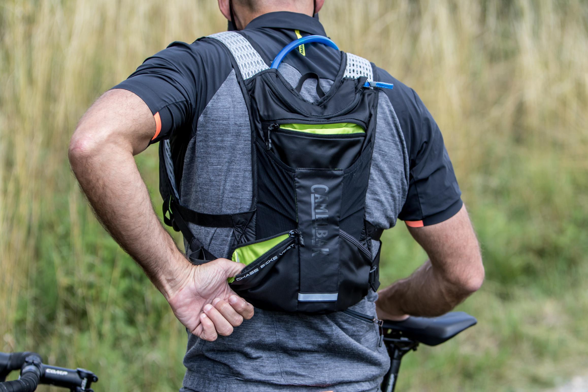 Gelenkigen Gesellen bleiben die beiden seitlichen Rückentaschen auch während der Fahrt erreichbar.