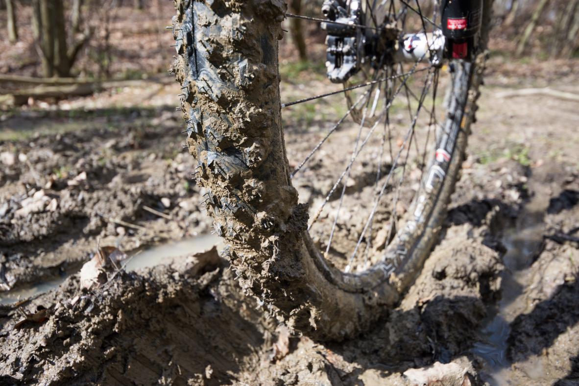 Der Reifen ist ein wahrer Allrounder und schlägt sich am Vorderrad selbst im Gatsch überraschend gut.