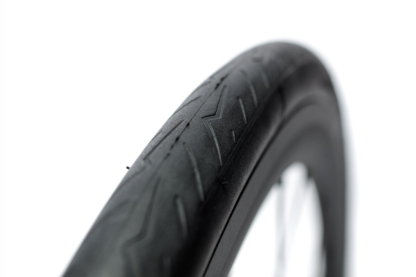 ... und kontrollieren, ob der Reifen perfekt eingerastet ist und rund läuft.