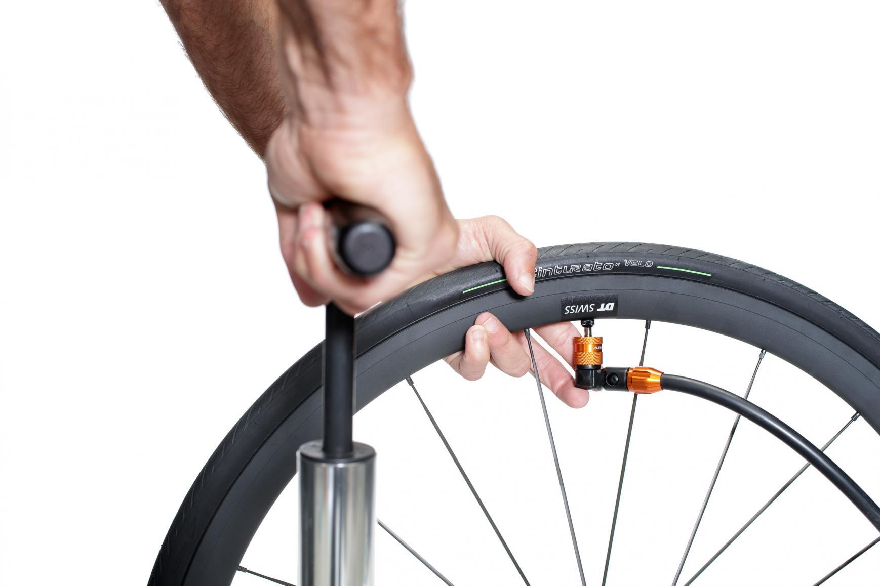 Mit einer kräftigen Pumpe oder einem Kompressor pumpen wir soviel Luftdruck in das Laufrad, dass der Reifen hörbar in den Felgenflanken einrastet (Hier: maximal 6 Bar).
