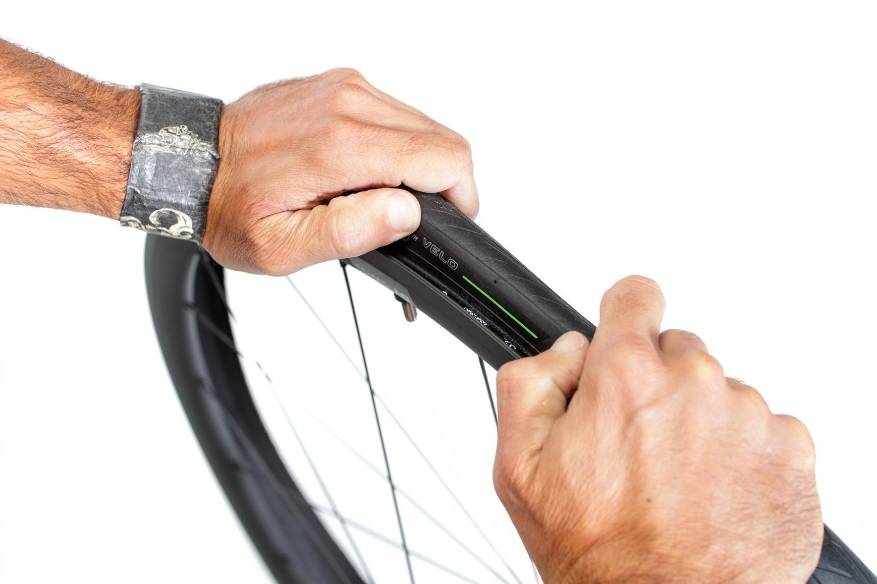 Den Reifen komplett aufziehen...