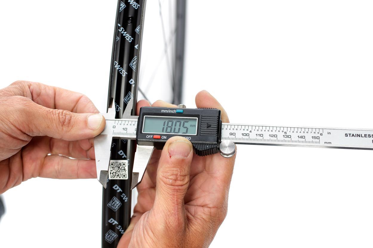 Felgenbänder gibt es in verschiedenen Breiten. Beim Reifen die Kompatibilität mit der Innenbreite der Felge prüfen.
