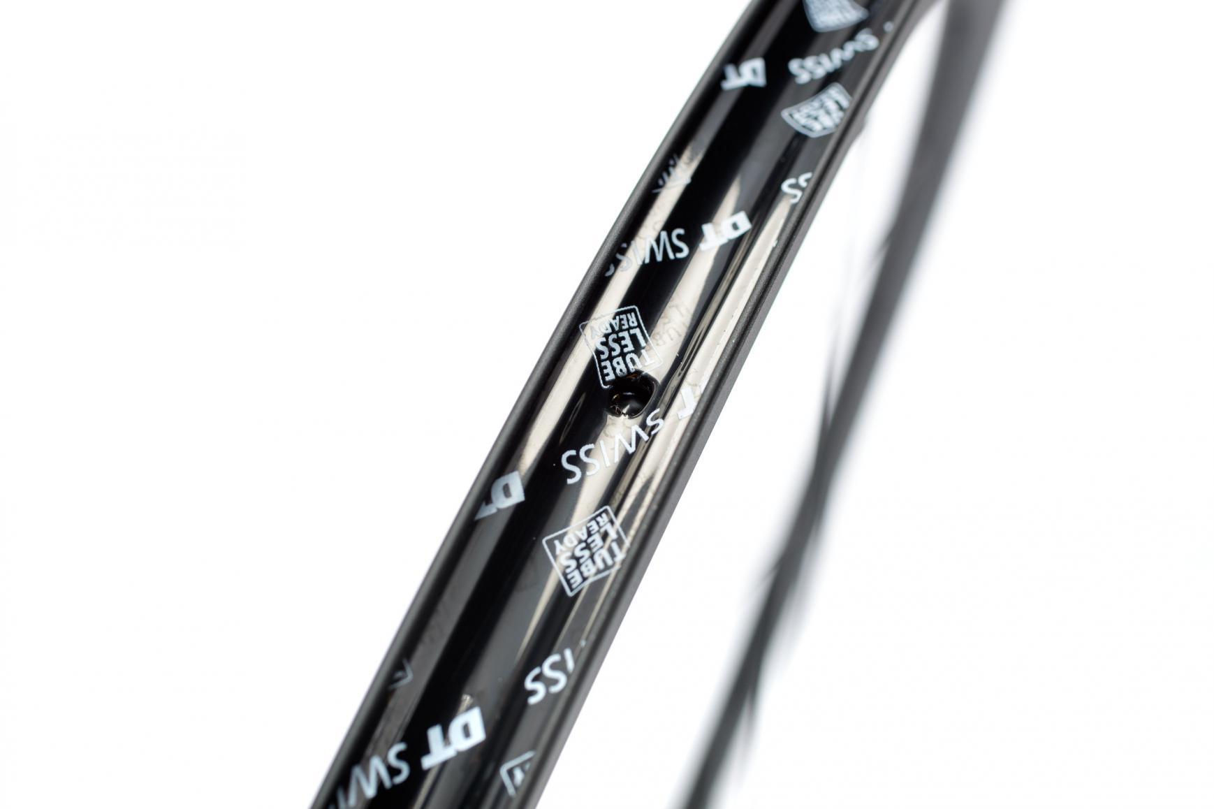 Zunächst muss ein TLR-Felgenband in der richtigen Breite montiert werden (Hinweis: Felgen und Finger müssen fettfrei sein).