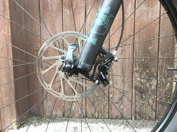 Dazu standfeste Vier-Kolben Bremsen an Vorder-,