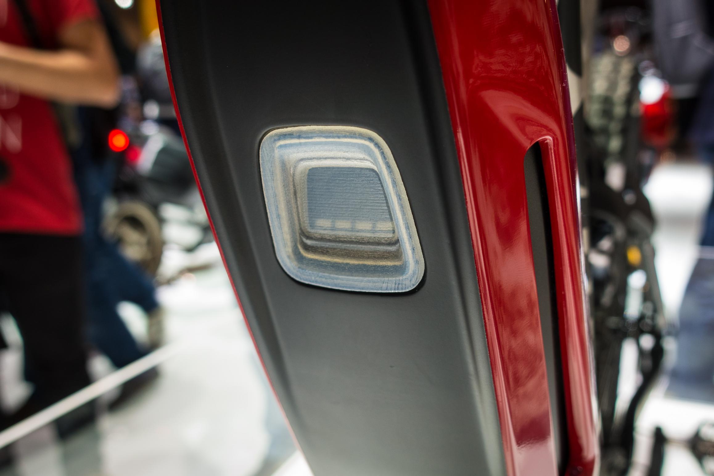 #6 Die Akkuhalterung wurde überarbeitet und besitzt nun ein Sichtfenster zum Ablesen des Batterieladezustands