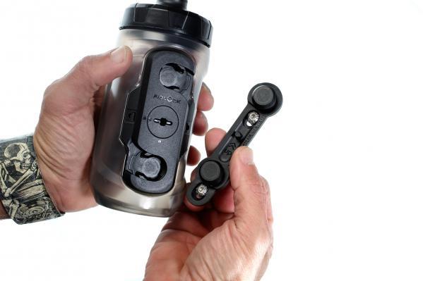 Connector und Base können ausschließlich in einer Position befestigt werden, daher lässt sich die Flasche immer nur in eine Richtung entnehmen.